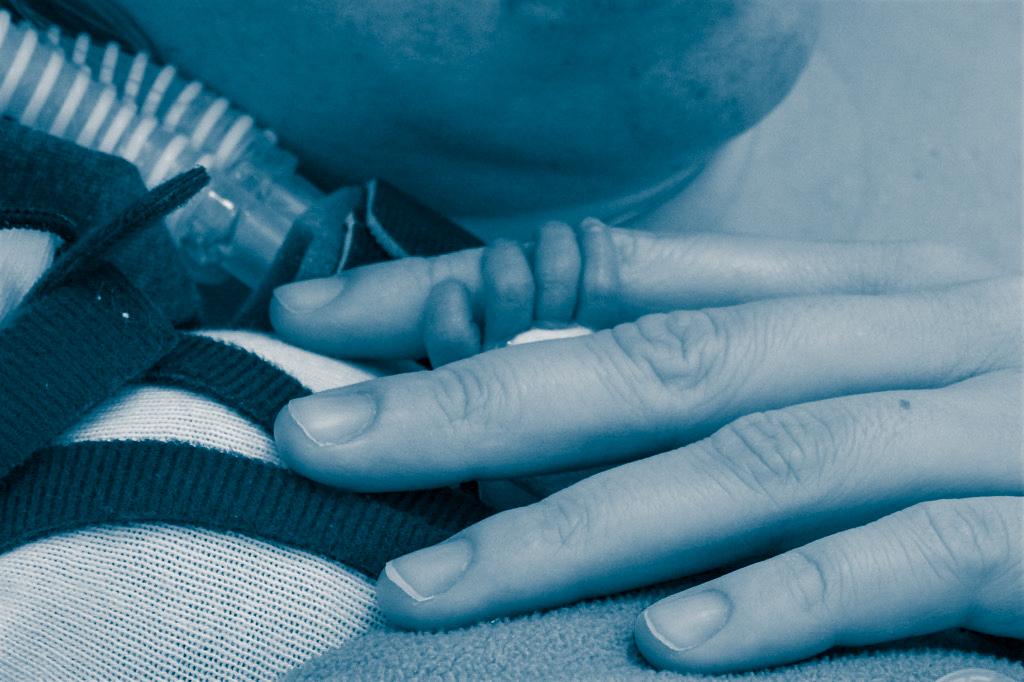 Abbildung Hände Eltern Frühgeborenes